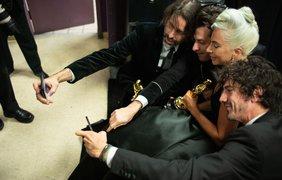 """Фото: A.M.P.A.S./ Леди Гага делает селфи, получив """"Оскара"""" за лучшую песню."""