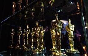 """Фото: A.M.P.A.S./Статуэтки """"Оскаров"""", которые будут вручать победителям, установлены тут же - на полке с пуленепробиваемым стеклом"""