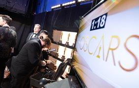 """Фото: A.M.P.A.S./ Выдав """"Оскаров"""" на сцене, за кулисами у победителей их… снова заберут. Упакуют и отправят обратно на фабрику - чтобы сделать гравировку. Заранее ее на статуэтках не делают - ведь тогда все раньше времени узнают, кто победил"""
