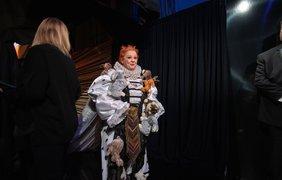 """Фото: A.M.P.A.S./ У оскаровских дизайнеров точно есть чувство юмора! Мелисса Маккарти еле сдерживаем смех, надев сшитое для нее платье (она объявляет обладателя """"Оскара"""" за лучший костюм)"""