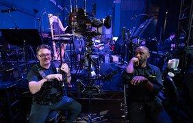 Фото: A.M.P.A.S./ Есть и те, кто все шоу... проскучали. Эти операторы управляют краном - а его задействуют очень нечасто, только после рекламного блока, да и то - на несколько секунд
