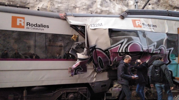 Лобовое столкновение поездов случилось вКаталонии