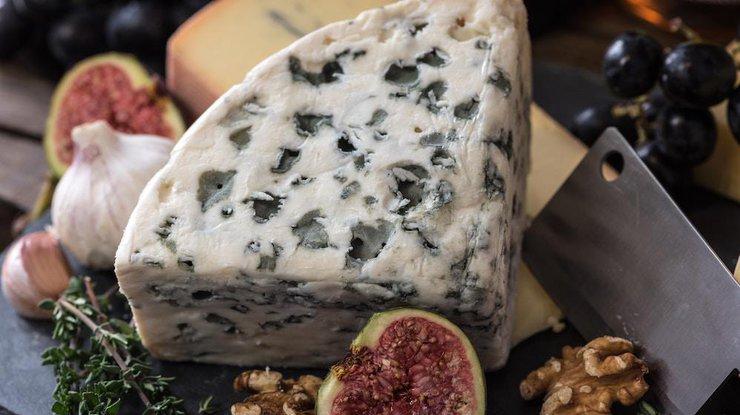 Лікарі розповіли, кому не можна вживати сир з пліснявою