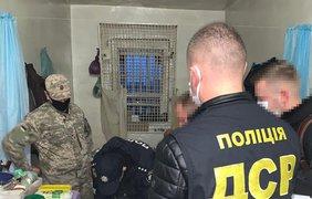 Передача наркотиков в СИЗО/ Фото: mvs.gov.ua