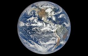 Дым от пожаров у западного побережья США от 9 сентября 2020 года. Изображение было получено спутником НАСА DSCOVR с расстояния 1 421 519 километров над поверхности Земли.