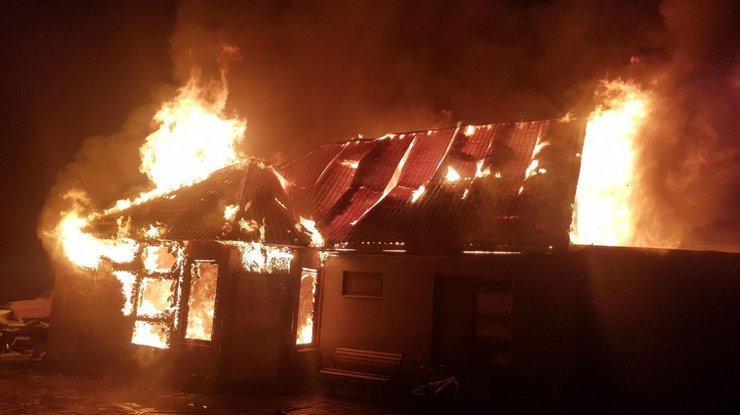 Вероятная причина возгорания - короткое замыкание электропроводки новогодней гирлянды
