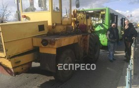 "Трактор протаранил маршрутку/ Фото: ""Вартові Еспресо"""