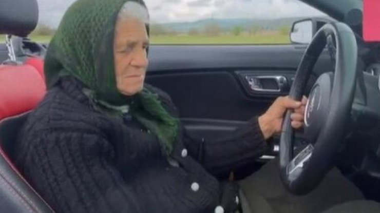 90-летняя бабуля на кабриолете стала звездой интернета/ Фото: kstati.dp.ua