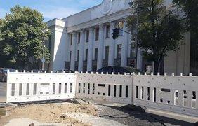 Фото: Асфальт под Верховной Радой / Фото: facebook.com/pechersksheu