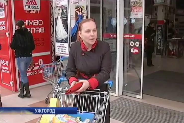 В Ужгороді через паніку спустіли полиці магазинів