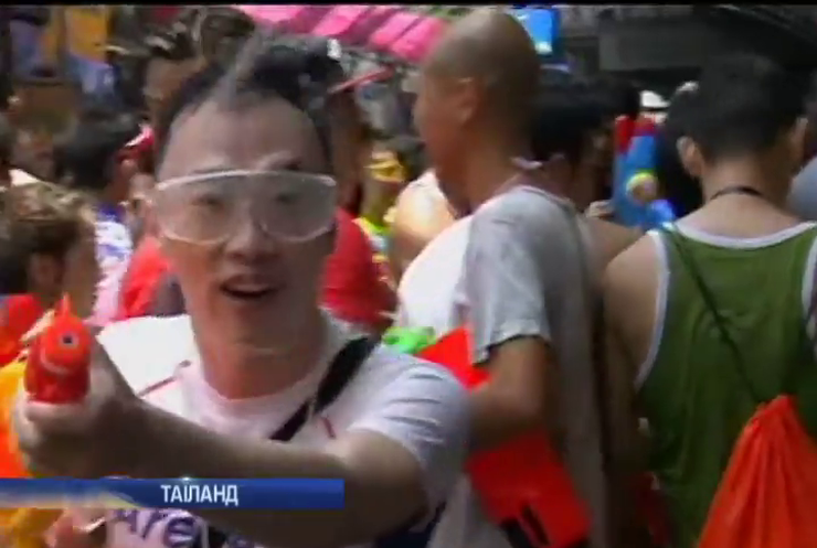 У Таїланді обливанням водою відзначають свято Сонг-кран