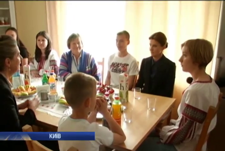 """Марина Порошенко відвідала центр захисту """"Наші діти"""""""