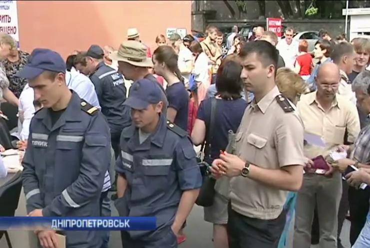У Дніпропетровську 300 донорів ділились кров'ю для поранених під Мар'їнкою