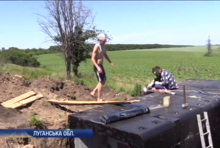 На Луганщині будівельники зі Львова зводять військовим укріплення