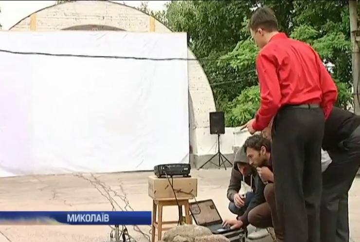 Миколаєвці власноруч відновлюють літній кінотеатр