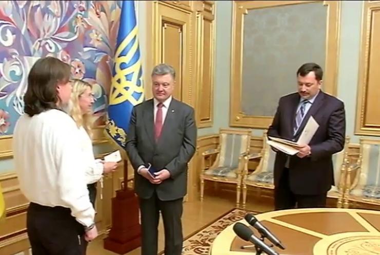 Порошенко вручил паспорта Украины канадцам за помощь в АТО