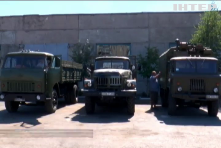 У Хмельницькому підприємці відновили три вантажівки для військових