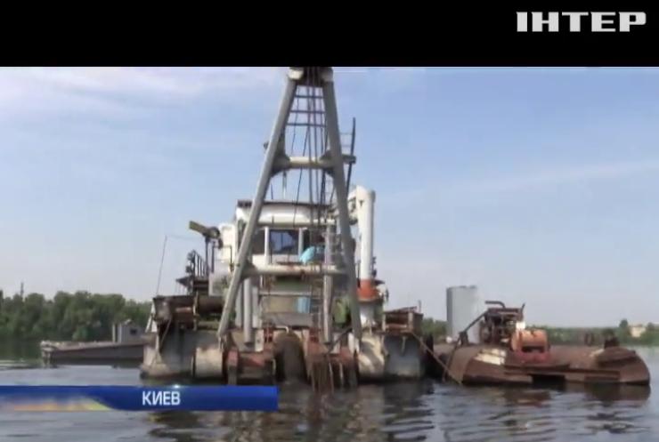 В Киеве старатели песка превращают Днепр в канаву