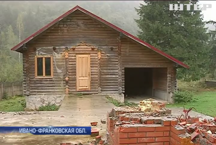На Ивано-Франковщине разворовали экс-резиденцию Януковича