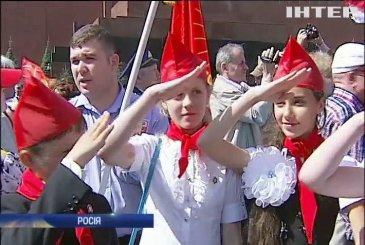 Путін повертає в школи Росії піонерів