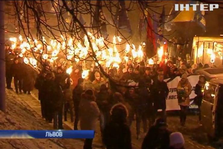 В Украине прошли факельные шествия в честь Степана Бандеры