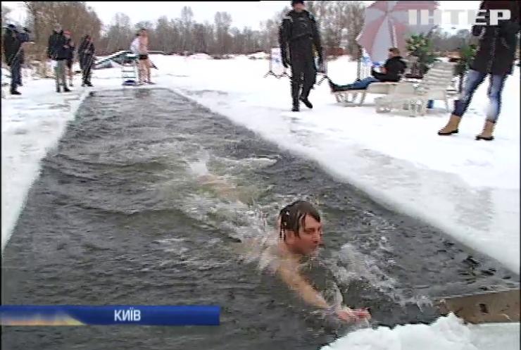 У Києві влаштували змагання з плавання у крижаній воді