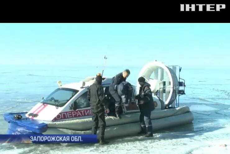 На Запорожье спасли со льдини 31 рыбака