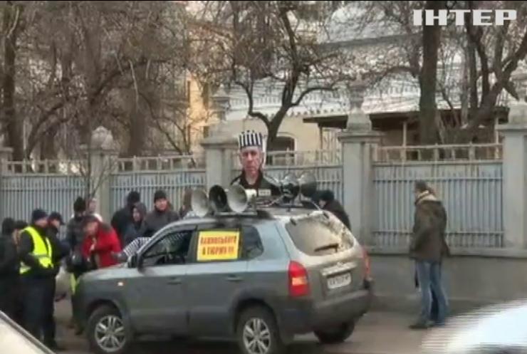 Татьяна Черновол через окно влезла в чужую машину