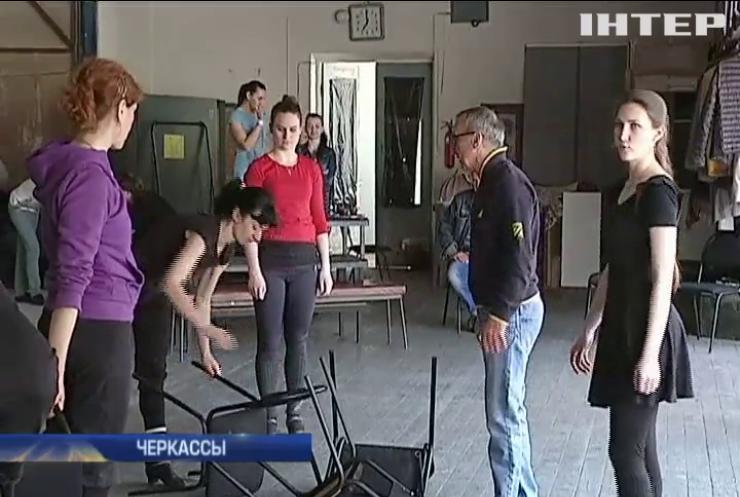 В Черкассах ставят спектакли в сгоревшем драмтеатре