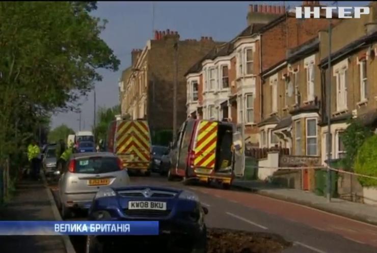 Посеред Лондона автомобіль провалився під землю