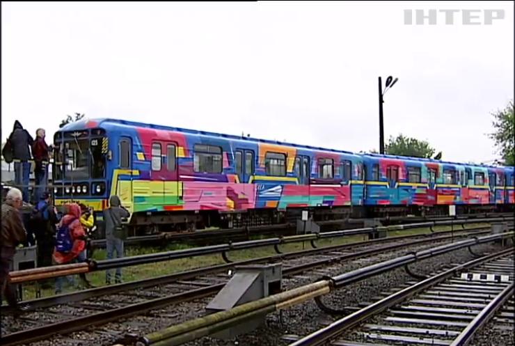 У Києві художник розмалював склад метро