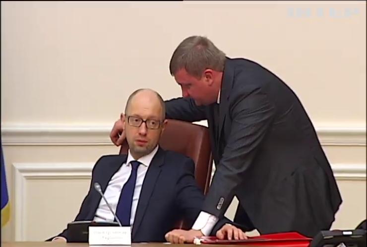 Госслужащим не выплачивают повышенную Яценюком зарплату