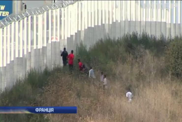 З французького порту Кале мігранти тікають до Великої Британії
