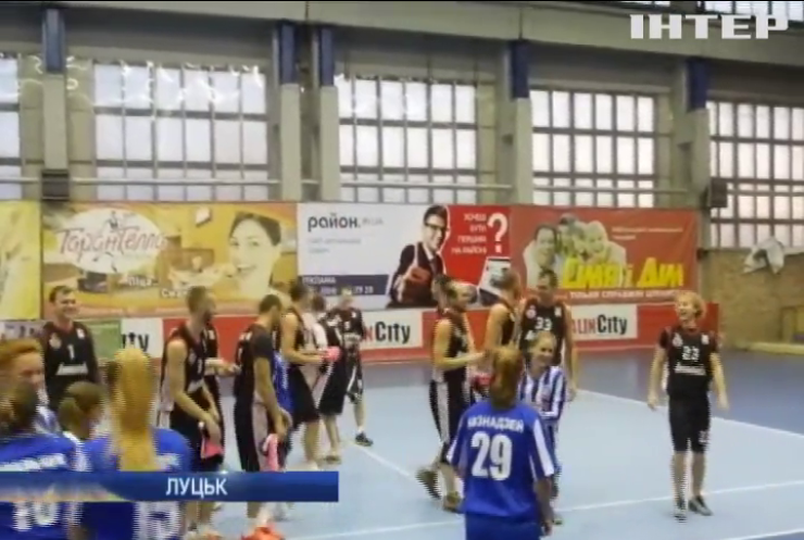 У Луцьку жіноча збірна перемогли кремезних чоловіків у футбол