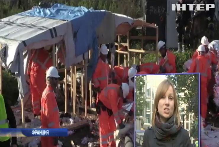 Полиция Франции развозит мигрантов в 18 регионов страны
