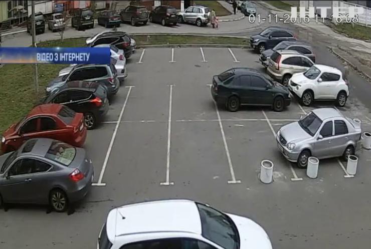 У Харкові розшукують виконавців підпалу авто на парковці