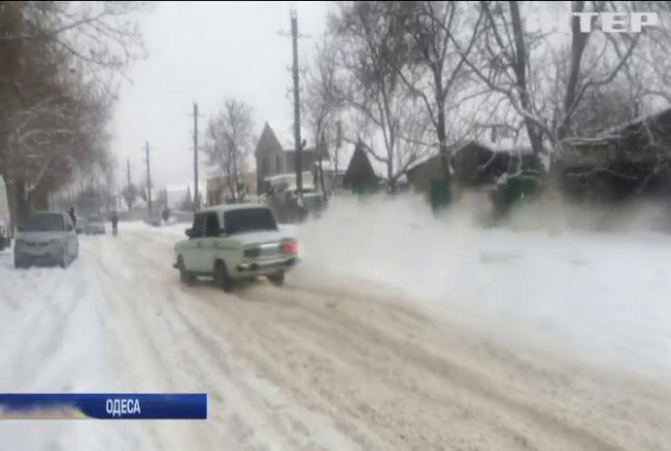 Снігопад на Одещині паралізував автошляхи