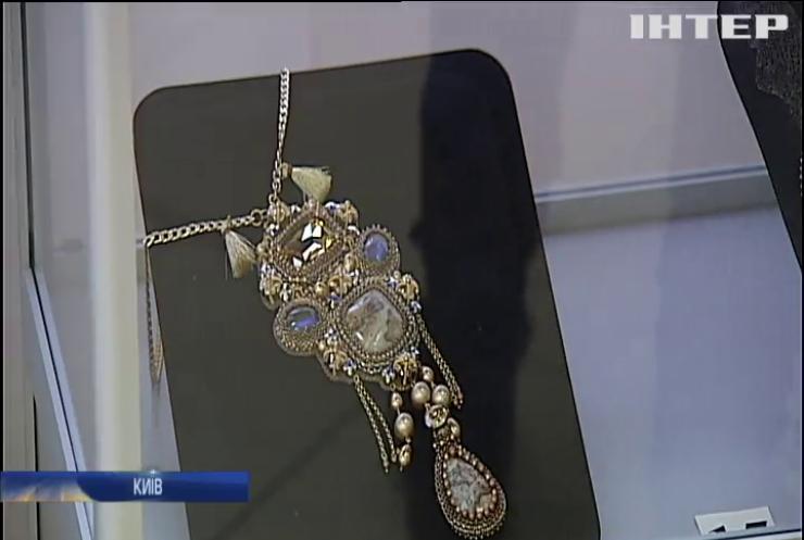 У Києві зібрали роботи майстрів плетіння бісером (відео)