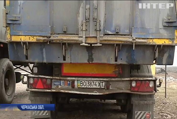 У Черкаській області залишили 2 причепа з львівським сміттям