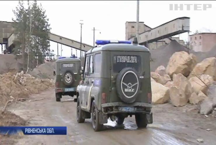 На Рівненщині спецпідрозділи поліції борються з незаконним видобутком бурштину