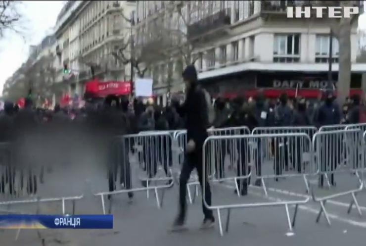 У Парижі закидали запалювальною сумішшю поліцію