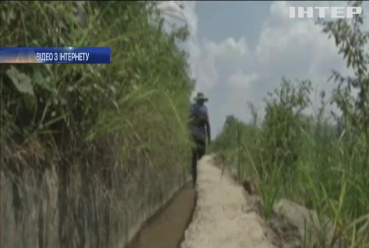 В Китаї чоловік 36 років копав канал на схилі гори