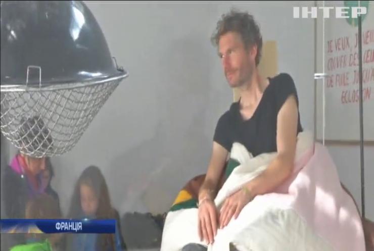 У Франції художник-акціоніст висидів 4 курчат