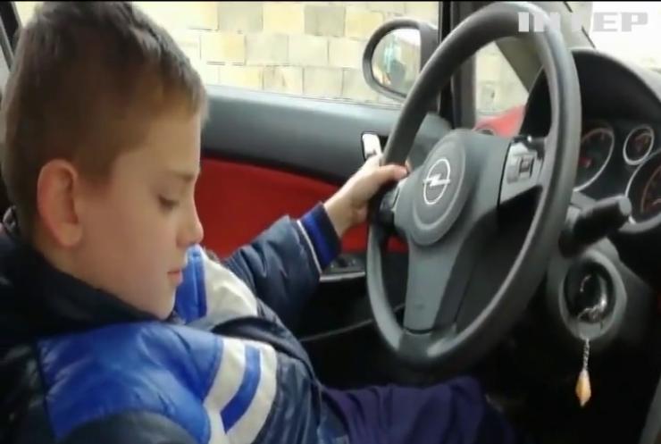 У Франції школяр розбив машину, записуючи відеоурок з водіння