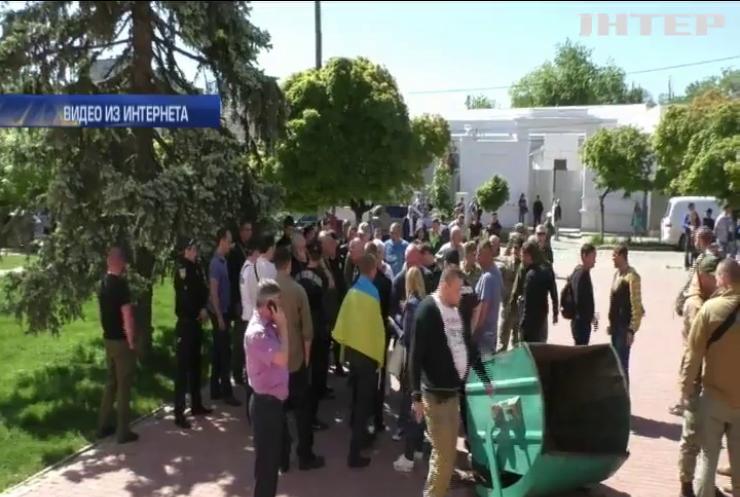 В Одесской области избили чиновника за провал голосования