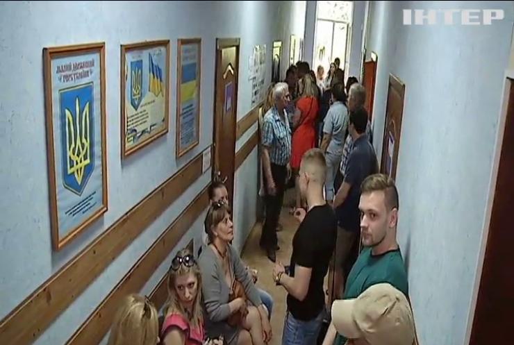 Украинцы штурмуют паспортные центры (видео)