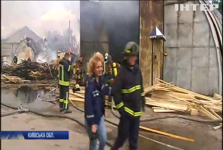 Під Києвом згоріли склади з деревиною