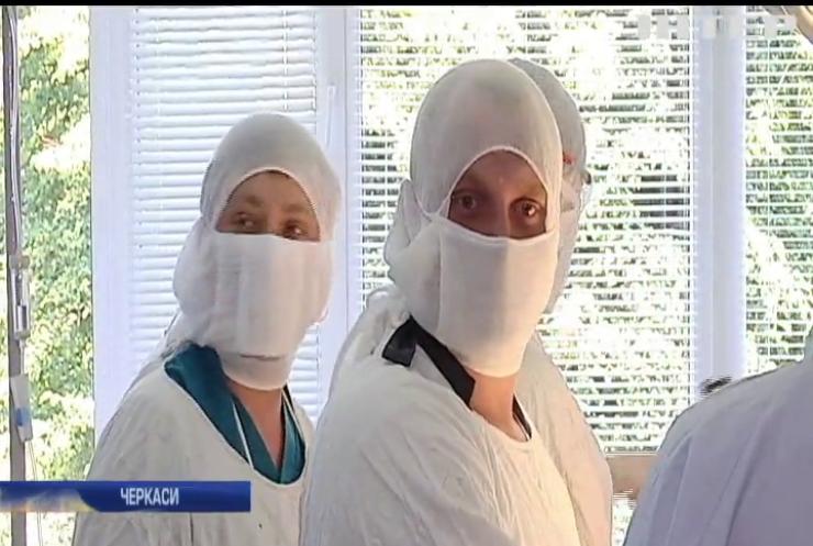 У Черкасах хірурги проводять операції на заіржавілих столах