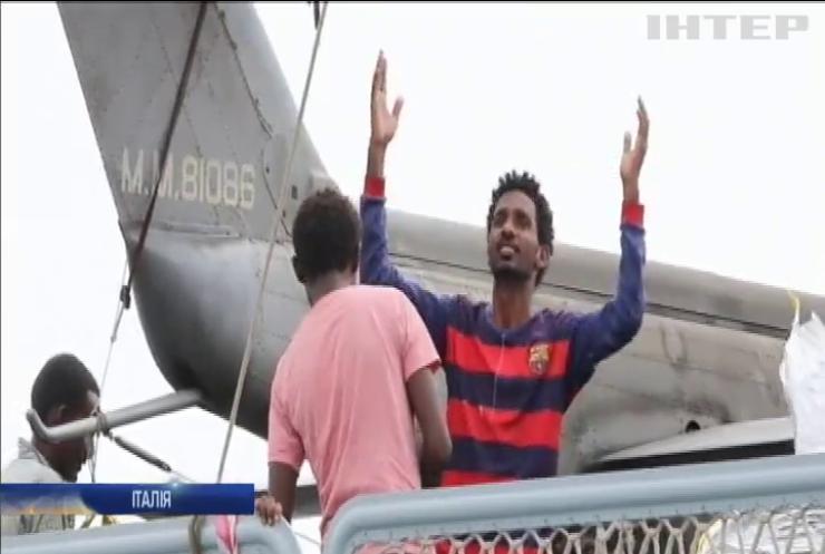 Італія погрожує закрити порти для мігрантів
