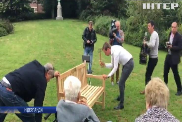 Біля посольства Росії в Нідерландах встановили лавку пам'яті